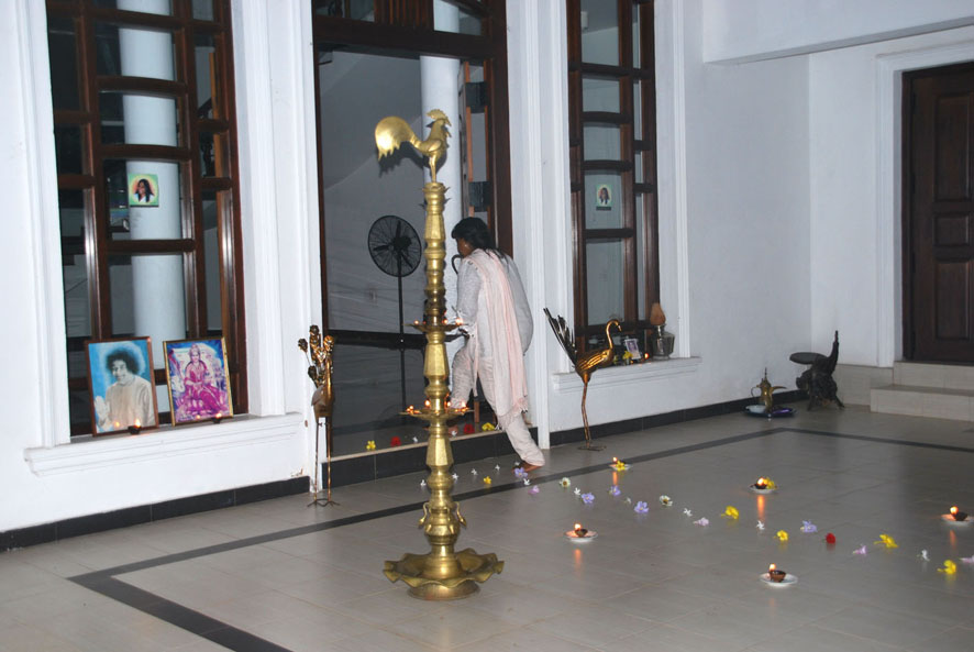 Lakshmi Devi betritt den Ashram